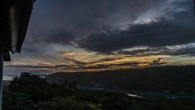O sol do amanhecer vem acima completamente Nascer do sol tropical do lapso de tempo, ilha de Bali, Indonésia 4K video estoque