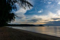 O sol está ajustando-se pela praia e pelo mar, Mak Island Ko Mak Imagem de Stock Royalty Free