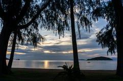 O sol está ajustando-se pela praia e pelo mar, Mak Island Ko Mak Foto de Stock Royalty Free