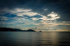 O sol está ajustando-se pela praia e pelo mar, Mak Island Ko Mak Fotografia de Stock