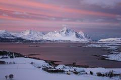 O sol está para trás em Mortsund   Foto de Stock