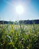 O sol levanta-se acima das nuvens do mar e do ouro Foto de Stock Royalty Free
