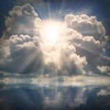O sol no céu dramático sobre o mar. fotos de stock