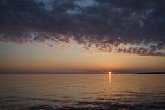 O sol no horizonte Fotografia de Stock Royalty Free