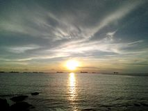 O sol no mar Imagens de Stock