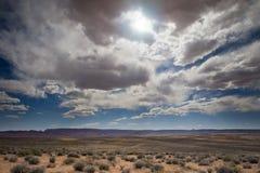 O sol que repica através das nuvens no deserto imagem de stock royalty free