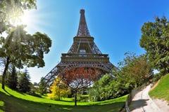 O sol quente iluminado torre Eiffel do verão Imagem de Stock Royalty Free