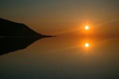 O sol refletiu no mar no alvorecer Imagens de Stock Royalty Free