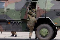 O soldado alemão obtém em um veículo blindado Imagem de Stock