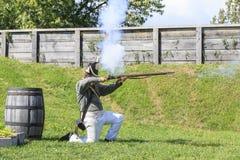 O soldado ateia fogo ao mosquete Fotografia de Stock Royalty Free