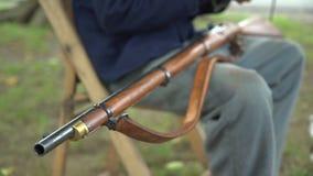O soldado da guerra civil limpa seu rifle video estoque