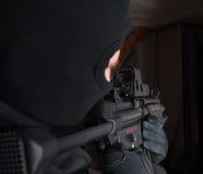 O soldado das forças especiais é apontando e de tiro no alvo Imagens de Stock