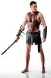 O soldado de Roma fica com a espada no fundo branco imagem de stock