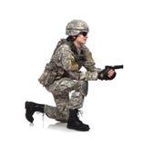 O soldado dispara em uma arma Foto de Stock
