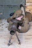 O soldado do exército britânico de WWI opera uma metralhadora autêntica de Lewis Fotografia de Stock Royalty Free