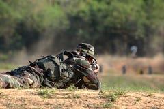 O soldado está disparando no rifle Foto de Stock