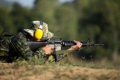 O soldado está disparando no rifle Fotografia de Stock