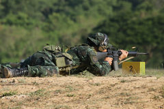 O soldado está disparando no rifle Fotos de Stock Royalty Free
