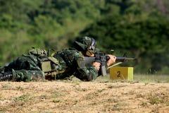 O soldado está disparando no rifle Imagens de Stock