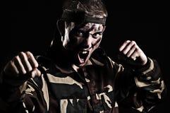 O soldado gritando quer lutar com inimigo foto de stock