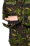 O soldado jura com mão na Bíblia Imagem de Stock