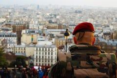 O soldado olha a cidade de Paris Imagens de Stock Royalty Free