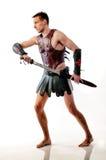 O soldado romano no fundo branco prepara-se para lutar imagens de stock royalty free