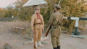 O soldado soviético passa o protetor a um outro soldado no dever filme