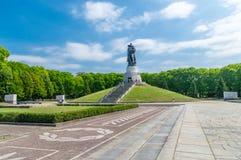 O soldado soviético salvar um monumento da criança no memorial da segunda guerra mundial de União Soviética situado no parque do  fotografia de stock