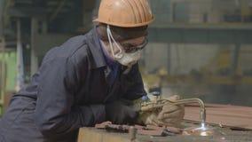 O soldador corta o metal com soldadura de gás video estoque