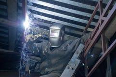 O soldador produz o trabalho soldado dentro na altura fotos de stock