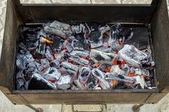 O soldador velho do metal do vintage com carvões quentes Close up do cinzas ardendo sem chama da fogueira Carvões de queimadura p fotos de stock royalty free