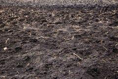 O solo da terra sulca o cultivo de sulcos do solo da terra sobre o campo Textura natural do solo org?nico do efeito do Sepia Text foto de stock royalty free