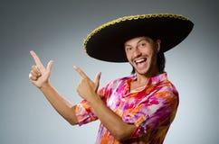 O sombreiro vestindo do homem mexicano novo imagem de stock