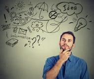 O sonho de pensamento do homem tem muitas ideias que olham acima Imagens de Stock