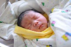 O sono do infante recém-nascido Imagem de Stock Royalty Free