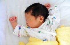O sono do infante recém-nascido Fotografia de Stock Royalty Free