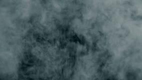 O sopro realístico do fumo enche a tela no movimento lento Explosão azul brilhante filme