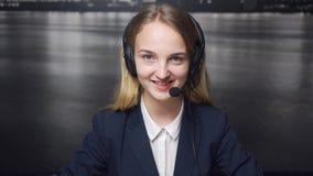 O sorriso amigável de operador de centro de atendimento video estoque