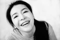 O sorriso asiático da menina à câmera, estilo tailandês da menina tem um sorriso à câmera, terra do sorriso, estilo preto e branc Fotos de Stock Royalty Free