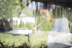 O sorriso asiático das mulheres com sorriso perfeito no café do café para relaxa imagens de stock