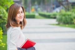 O sorriso das mulheres de funcionamento feliz aprecia o estilo de vida com espaço para o texto Imagens de Stock Royalty Free