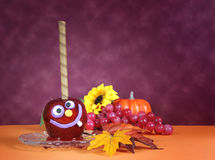 O sorriso feliz louco faceHalloween doces vermelhos da maçã do caramelo Imagem de Stock Royalty Free