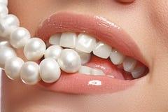 O sorriso fêmea feliz do close-up com os dentes brancos saudáveis, os bordos vermelhos brilhantes prepara Cuidado da cosmetologia Fotos de Stock