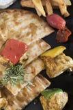 O souvlaki da galinha com batatas fritadas, o molho do tzatziki e o pão árabe panam 8close acima da opinião da tiro-parte superio Fotografia de Stock Royalty Free