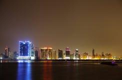 O Spectacular iluminou a fotografia de HDR da skyline de Juffair, Barém Fotos de Stock Royalty Free