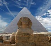 O Sphinx e a pirâmide Fotografia de Stock Royalty Free