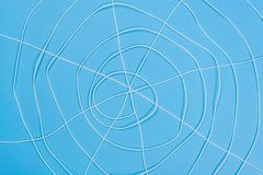O spiderweb abstrato, branco rosqueia no fundo azul Imagens de Stock
