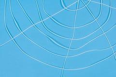 O spiderweb abstrato, branco rosqueia no fundo azul Imagem de Stock Royalty Free