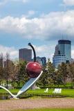 O Spoonbridge e a cereja no jardim da escultura de Minneapolis Fotografia de Stock Royalty Free